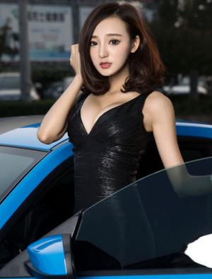 时尚气息浓郁的美女车模 蓝配黑无懈可击