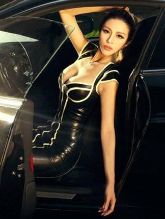 妖娆身材 性感紧身皮衣美女车模气质展示