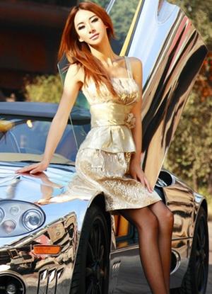 气质时尚美女车模 简单的服装穿出优雅的气质