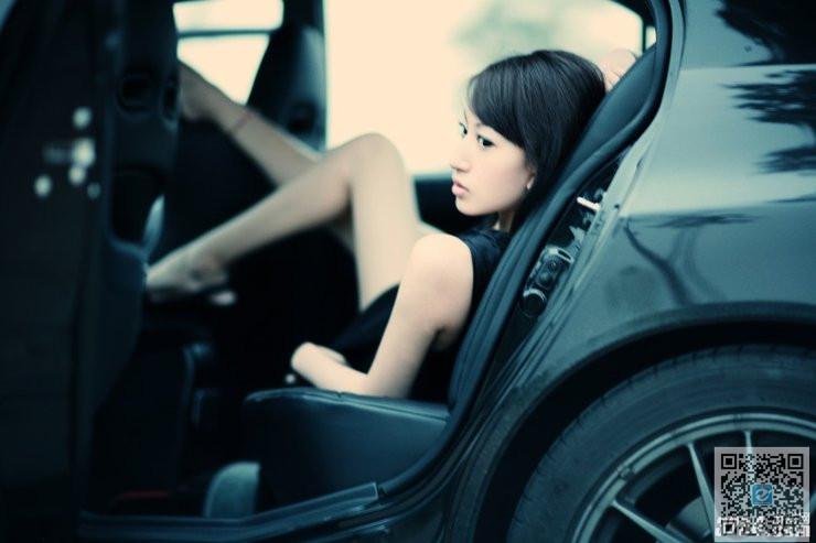 白皙皮肤黑色纱裙 车内忧郁美女车模自拍