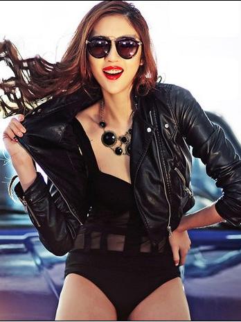 性感帅气美女车模 红唇墨镜皮衣时尚气息浓郁