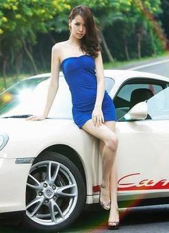 蓝色短裙美女车模与白色保时捷跑车