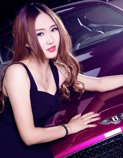 丰满的性感美女车模 粉色宾利会更配吗?