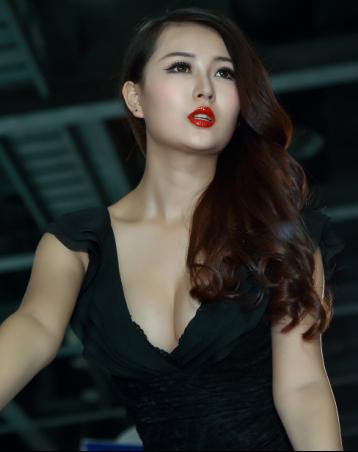 黑色长裙性感美女车模 是什么让她忧郁