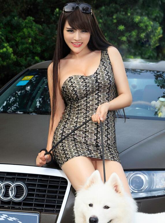 时尚性感美女车模展示 萨摩耶强势抢镜