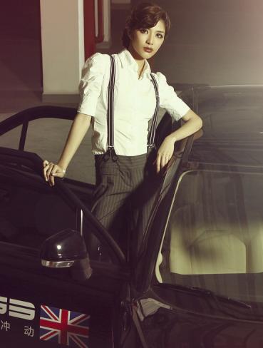 英伦复古流行时尚风潮 帅气美女车模亮相