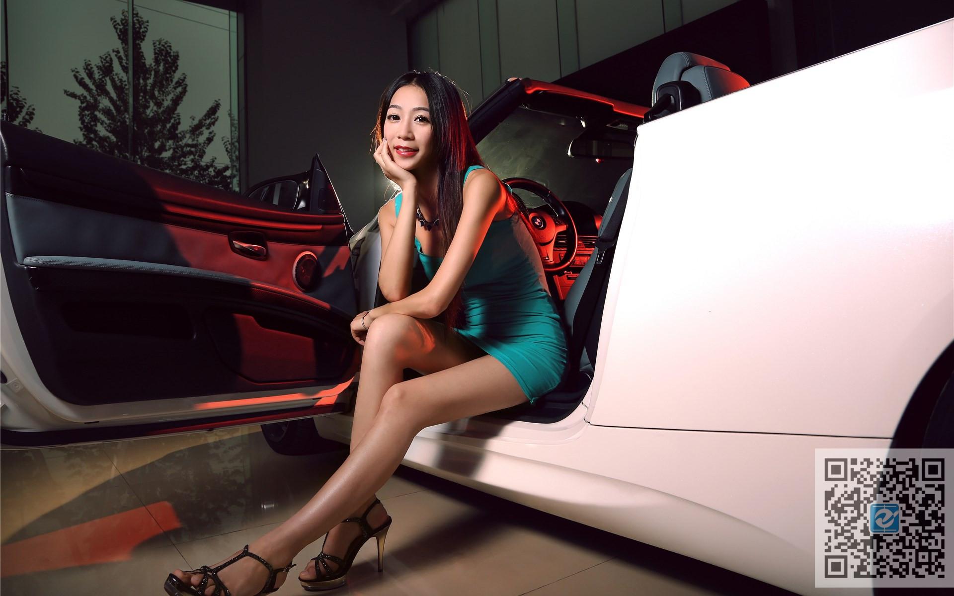 短裙长腿美女车模 白色宝马被征服在脚下