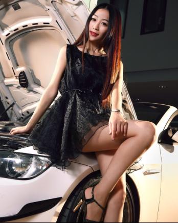 黑色纱裙美女车模 长腿和宝马是绝配