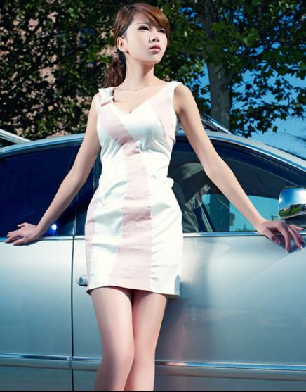 惆怅的美女车模 倚靠汽车眺望远方
