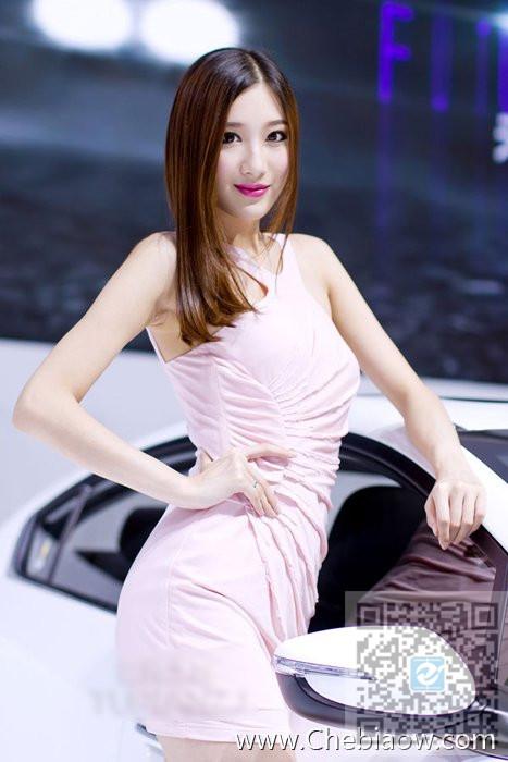淡妆出镜车展美女车模 粉色裙装更吸引人
