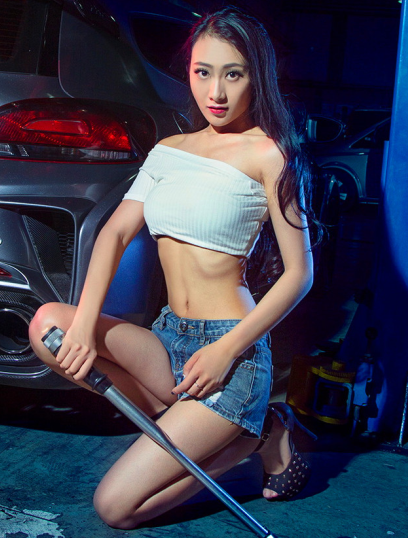 明星美女车模展示自己 和改装车拼魅力