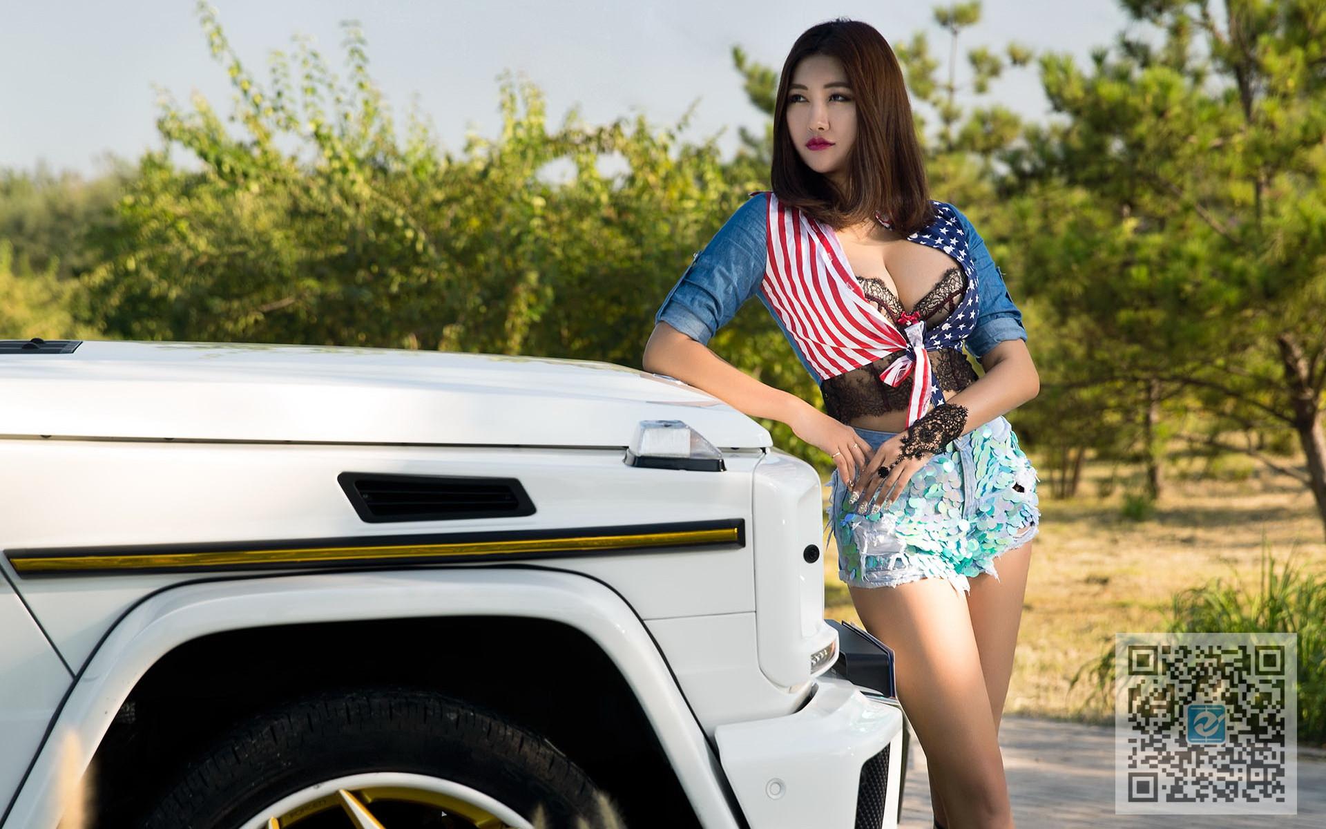 野外奔驰越野车陪伴 个性奔放美女车模无压力