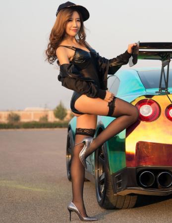 炫彩跑车改装展示 性感美女车模丝袜美腿撩人