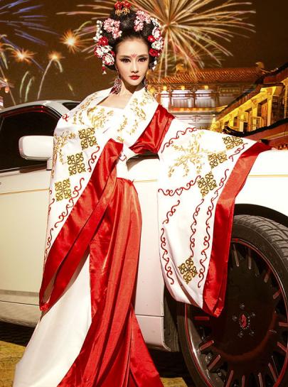 复古风的美女车模 穿华丽的传统服装的东方佳丽