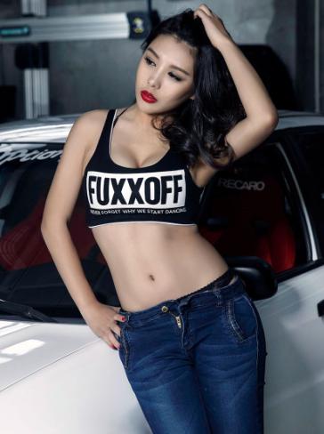 个性时尚美女车模 大胆豪放的性感展示