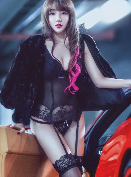 法拉利被冷落 因为旁边的美女车模太性感了