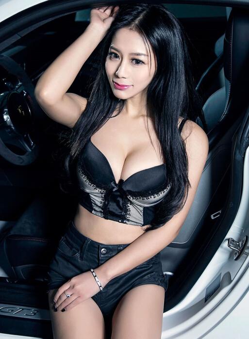 清凉热裤丰满美女车模 让人精神亢奋的美女