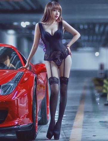 红色跑车和性感内衣美女车模 还是美女吸引人