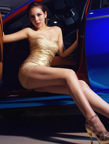 妖娆身材性感美女车模 高贵也可以这么开放