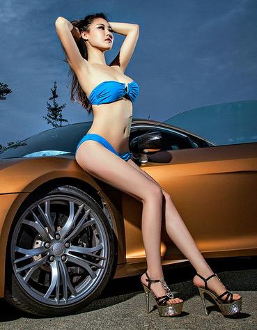 蓝色高挑比基尼美女车模 豪华轿车为伴