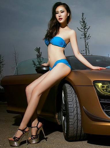 蓝色比基尼美女车模 改装黄金轿车都失色