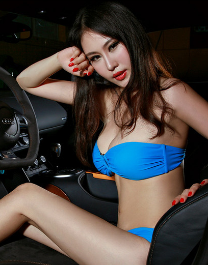 蓝衣泳装美女车模 背景换成汽车不一样的风景