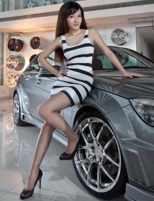 清凉一夏黑白条纹美女车模 自然恬静心情好