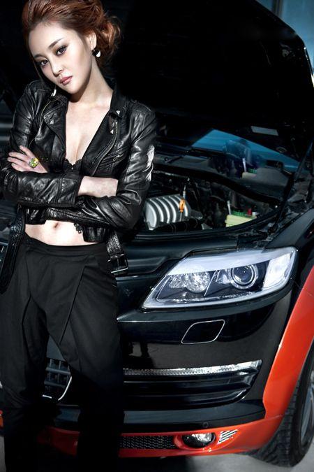 黑色皮衣美女车模 潇洒酷炫的潮流美女