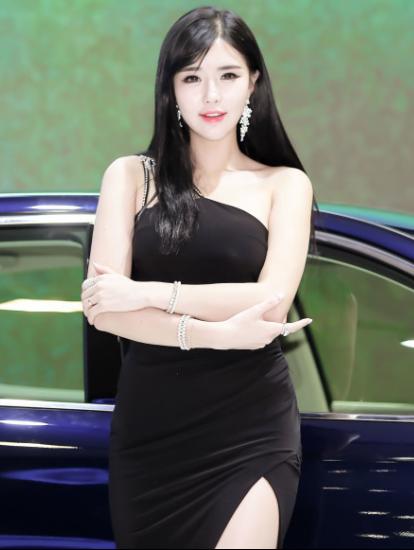 皮肤白皙美女车模 丰满体型气质佳的典范