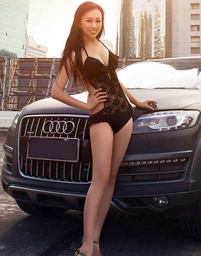 蕾丝内衣大长腿美女车模 奥迪光芒被遮掩