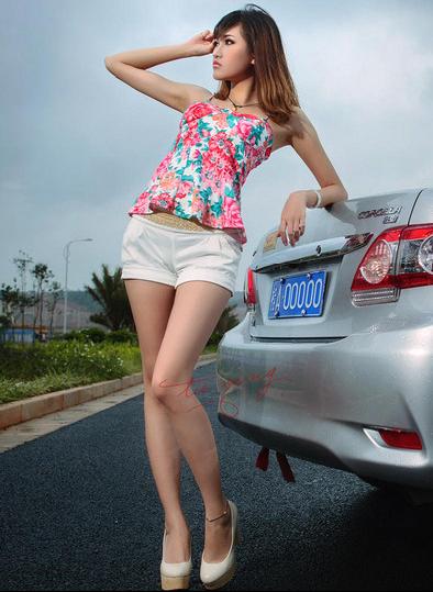 真的是花姑娘 花式上衣美女车模与丰田汽车