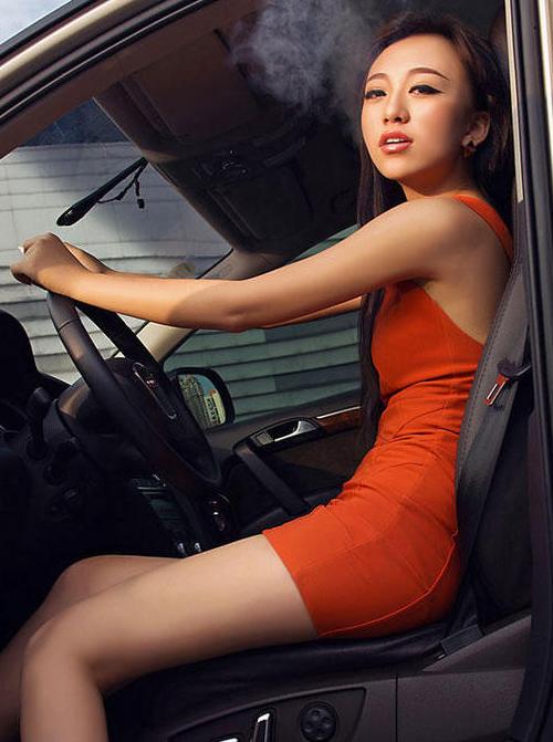 都是风情美女车模 越野车流行在都市