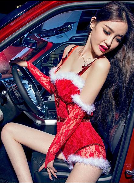 圣诞气氛大红承托 性感美女车模的热情