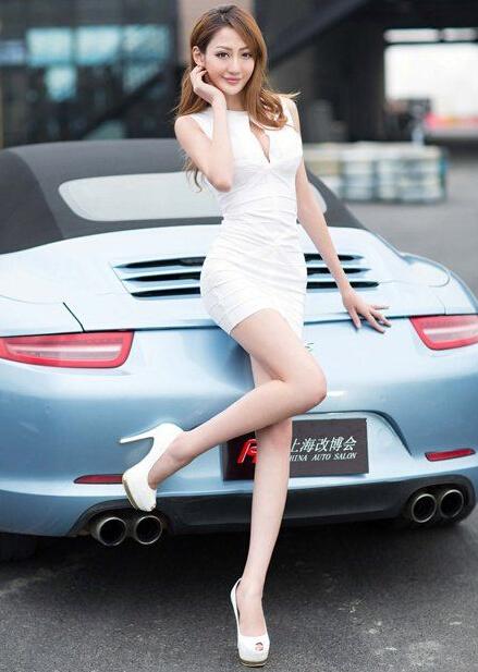 网友自拍美女车模技术高 翘臀美腿一览无遗