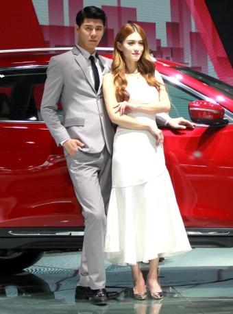 美女车模也有伴 双人车模不一样的美