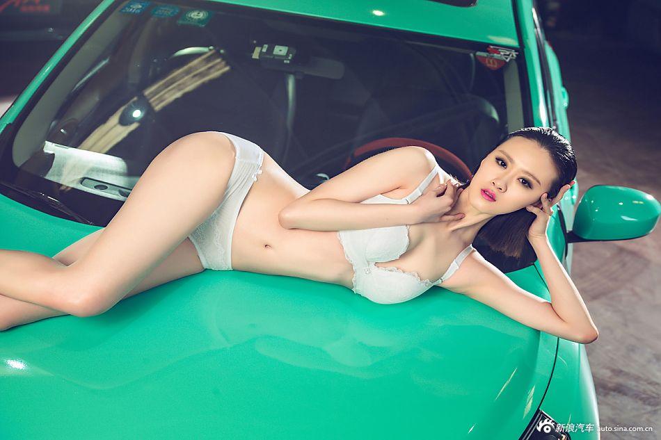 超长美腿   身材极好的性感美女亮相车展