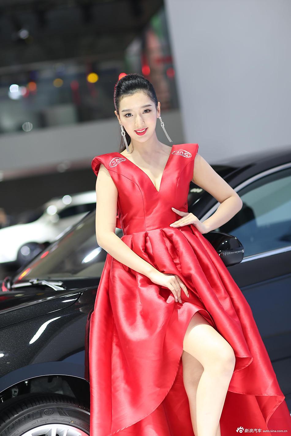 大红长裙也挡不住美女车模姣好的身材