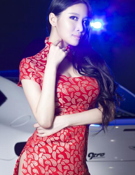 阿斯顿马丁与穿旗袍的中国美女车模