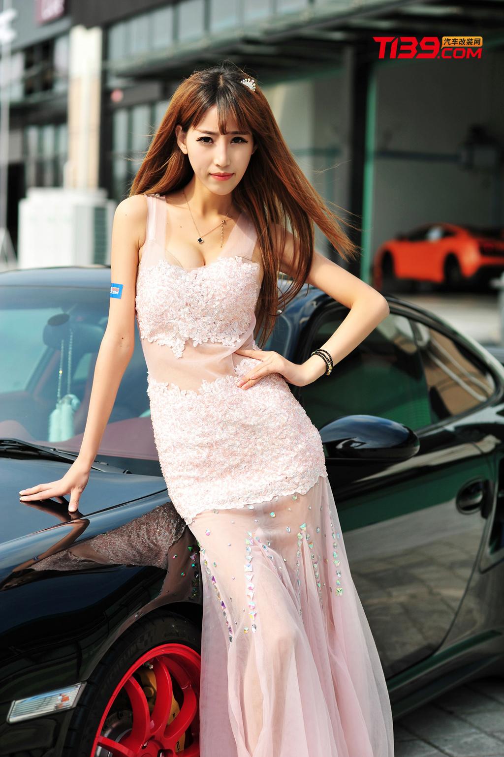 皮肤白皙美女车模 身着一抹粉色长裙