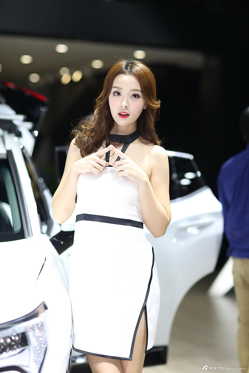甜美系    俏皮可爱的美女车模