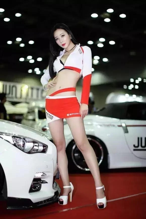 身材高挑 上围傲人的韩国性感车模