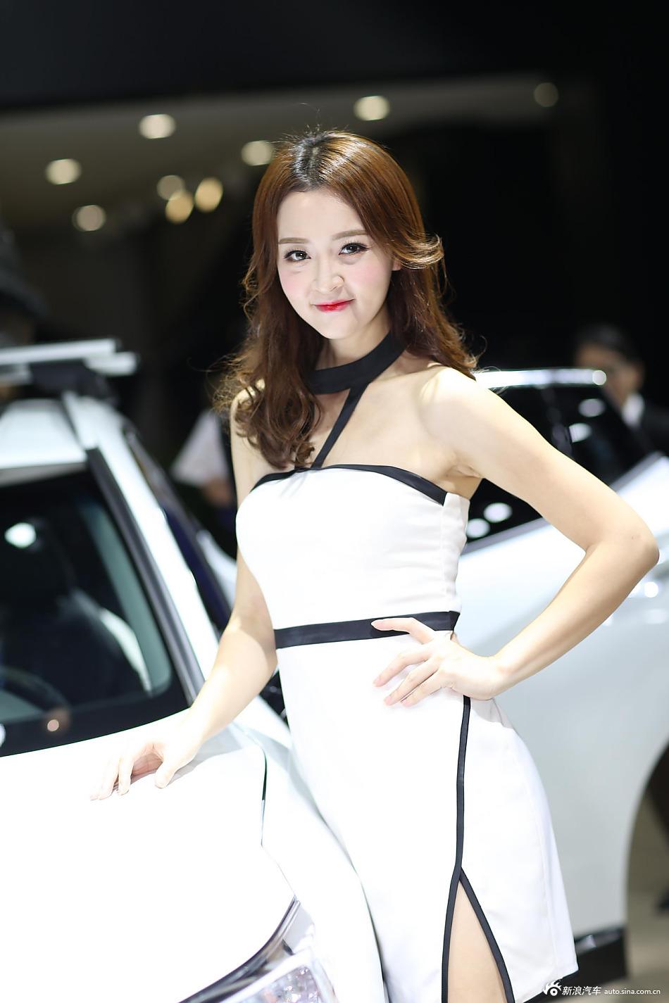 相貌甜美 身材凹凸有致的美女车模