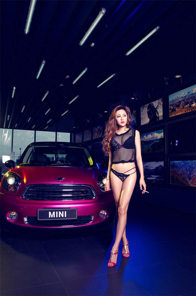酒红MINI与妖艳性感长腿美女车模
