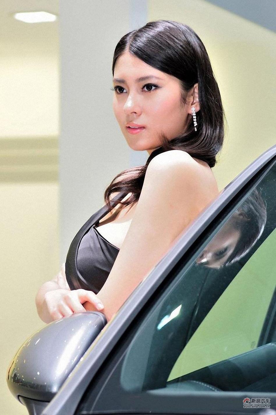 车展美女身着黑色抹胸裙   更显知性优雅
