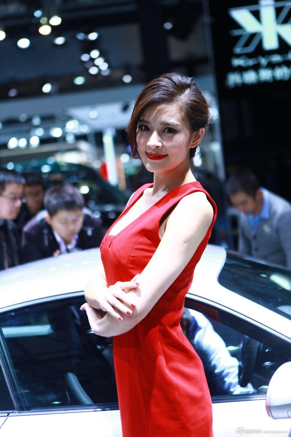 车展美女烈焰红唇搭配红色短裙  诱惑升级