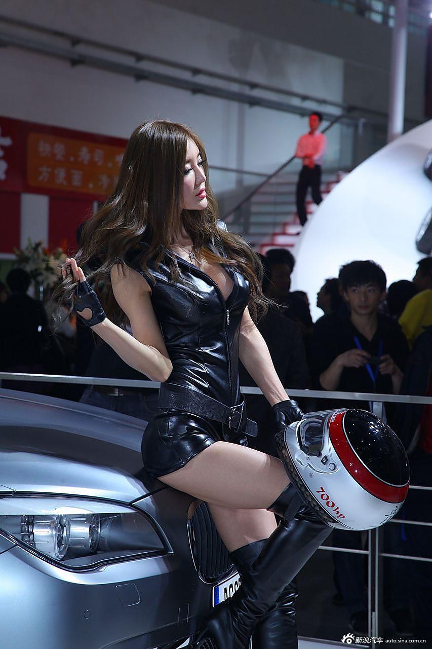 美女车模身着一套黑色皮衣  成为全场焦点