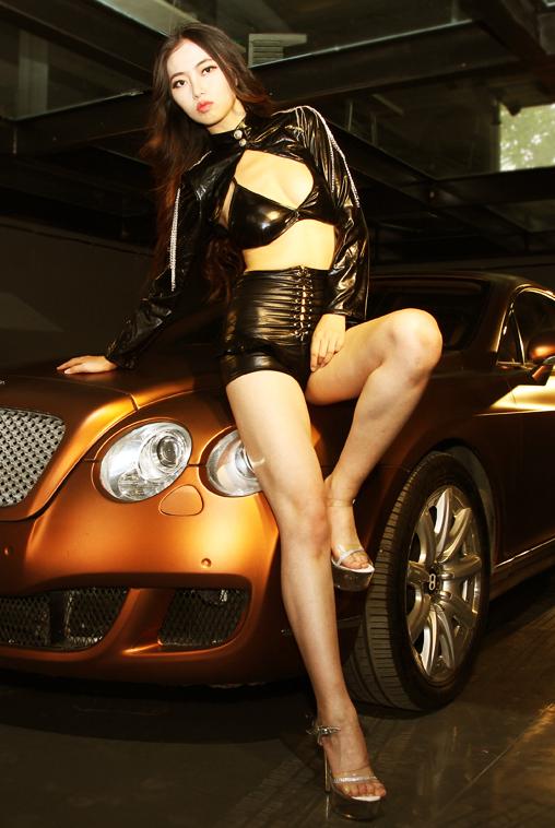 野性美女车模与宾利车的邂逅
