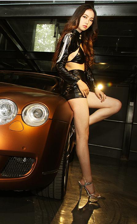 香车美女:宾利汽车与霸气美女车模