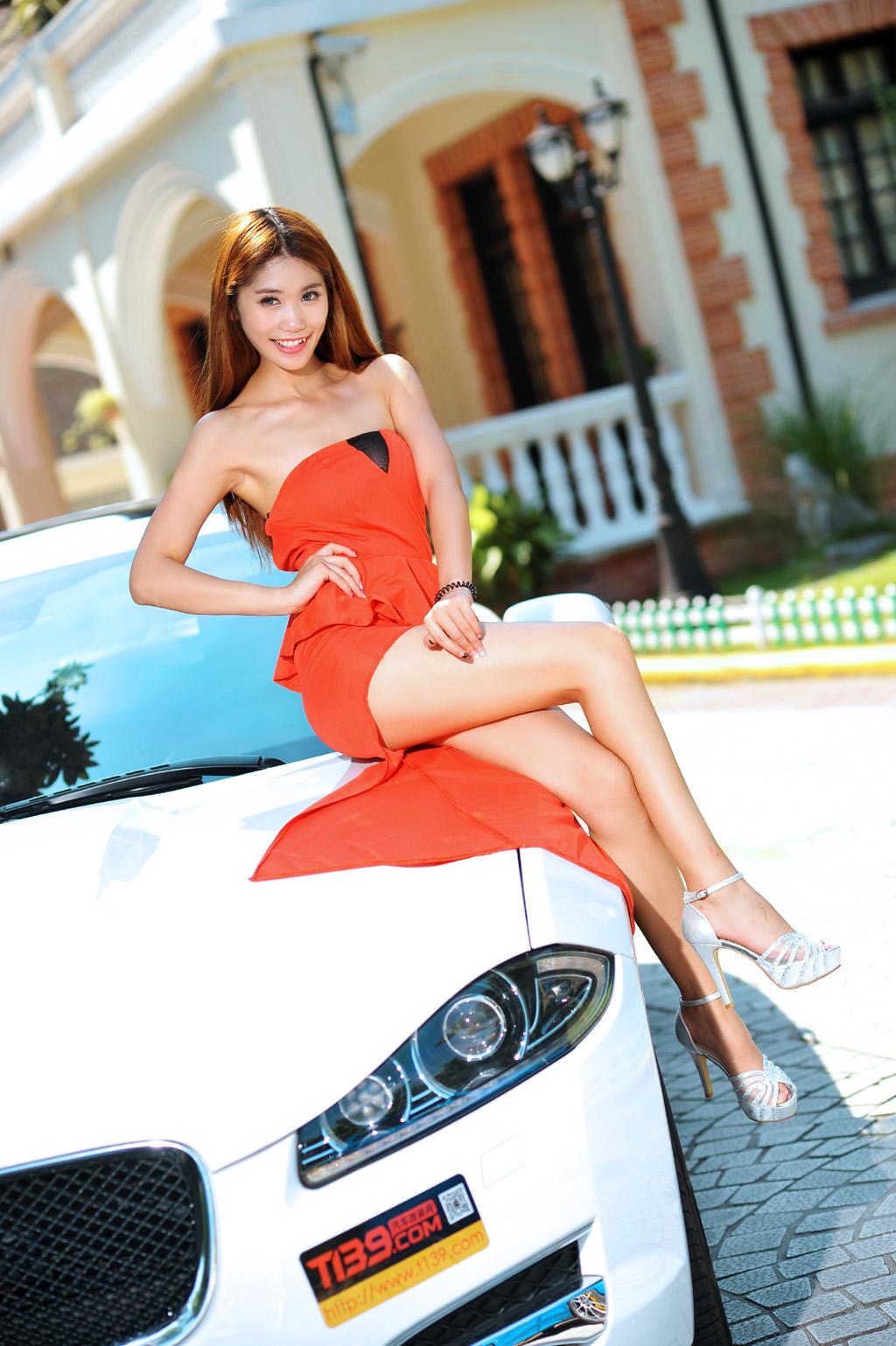 美女车模身穿开叉红裙  细长的美腿着实让人羡慕
