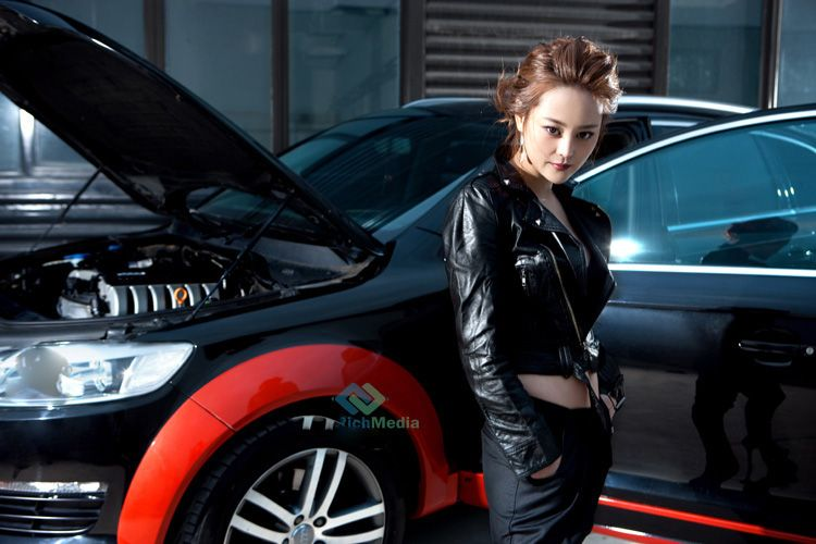典雅的模特刘朵朵车模写真 Q7车模